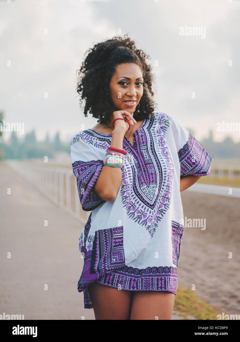 232223ceb Feliz hermosa mujer afro-americanos en el exterior. Los jóvenes ...