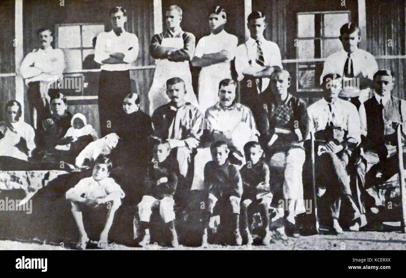 Mohandas Karamchand Gandhi con Kallenbach y otros en el Fram Tolstoi 1910. Gandhi estableció una comunidad idealista Foto de stock