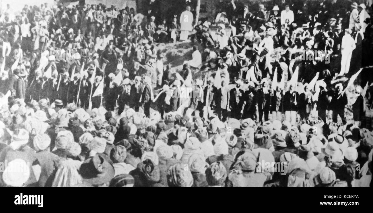 Mohandas Karamchand Gandhi, dirigiéndose a la comunidad india en Sudáfrica, 1906. Gandhi estableció una comunidad Foto de stock