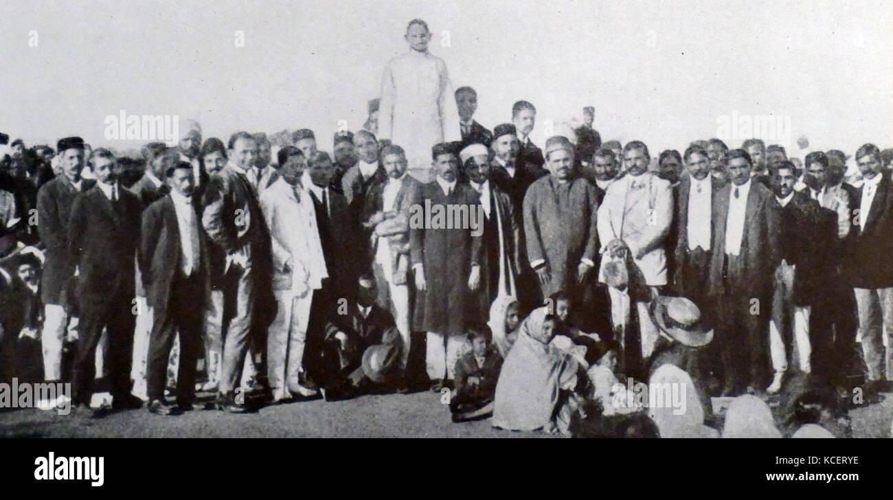 Mohandas Karamchand Gandhi, dirigiéndose a la comunidad india en Sudáfrica, 1910. Gandhi estableció una comunidad Foto de stock