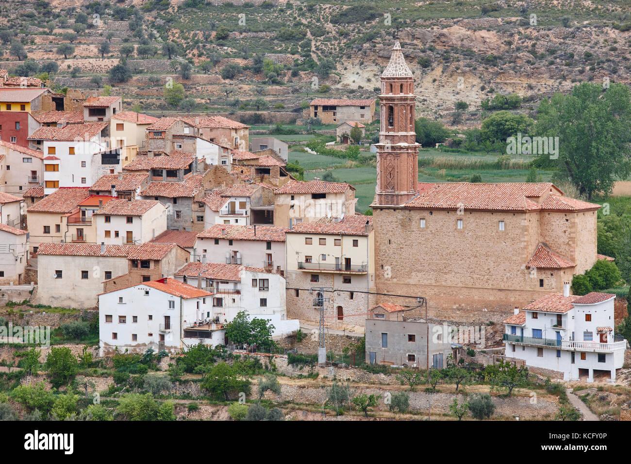 Tradicional pueblo con iglesia de piedra. seno, Teruel España. antecedentes de viajes Imagen De Stock