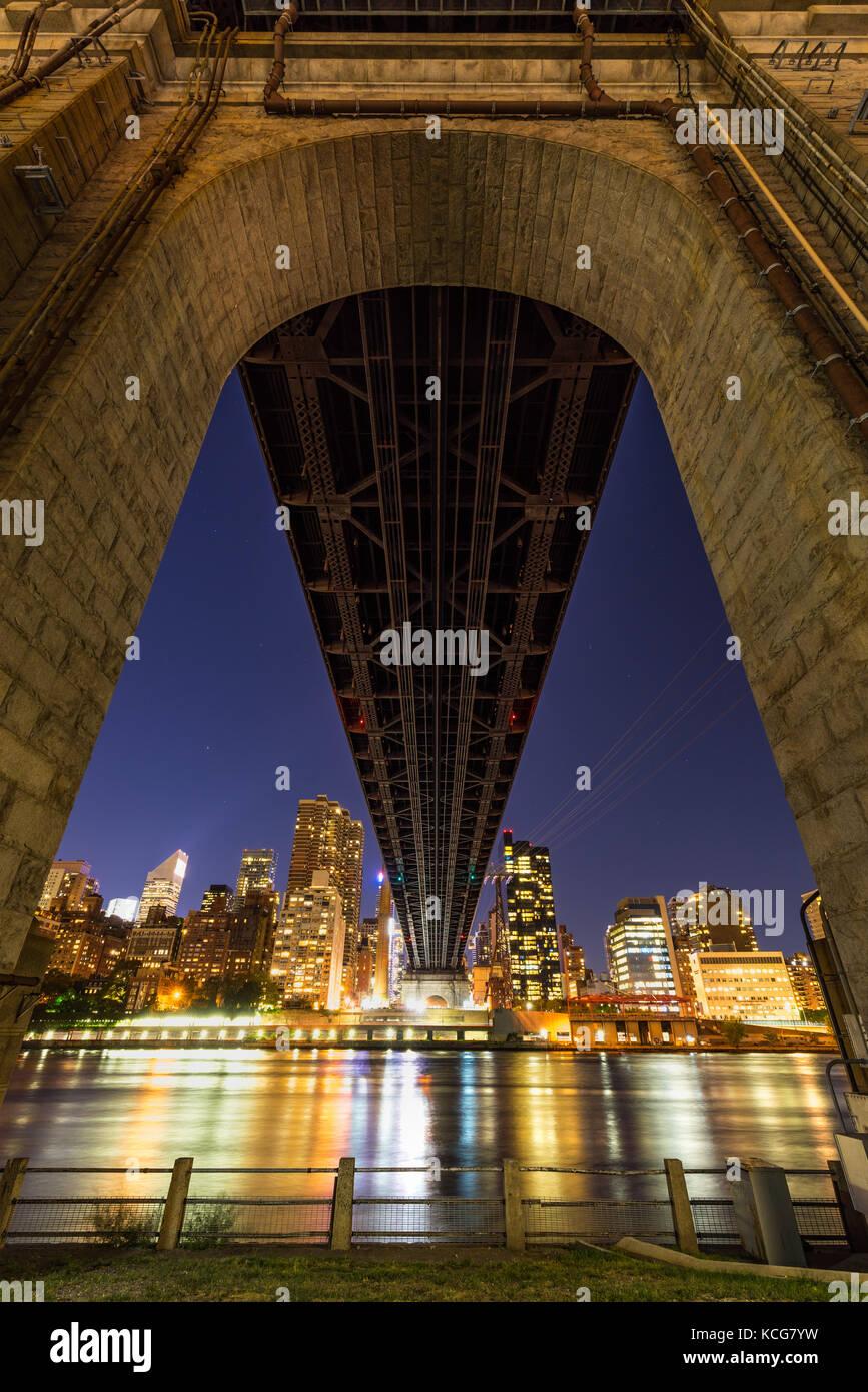 Vista de noche de Midtown East rascacielos desde debajo del Ed Koch Queensboro Bridge. Roosevelt Island, Manhattan, Imagen De Stock