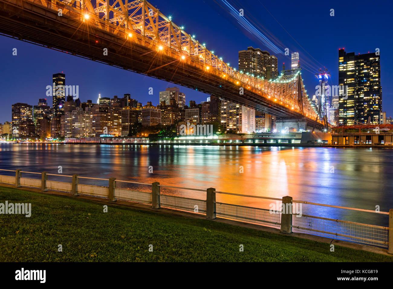 Por la noche la vista de Manhattan Midtown East desde Roosevelt Island con el Queensboro Bridge. La Ciudad de Nueva Imagen De Stock