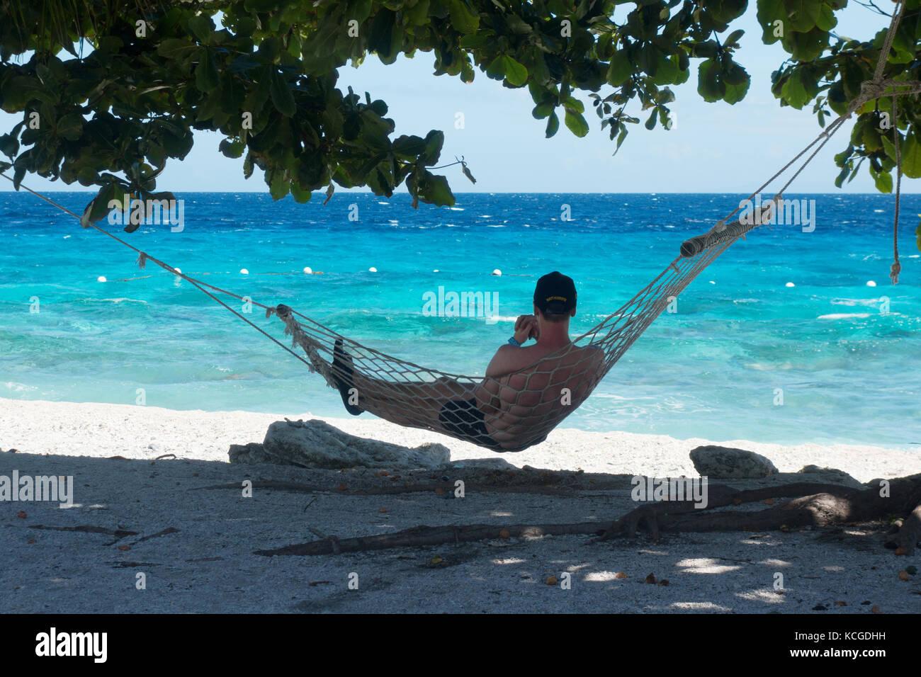 La playa de la isla de Cebú, Filipinas - un turista relajarse en una hamaca en vacaciones, Cebu, Filipinas, Imagen De Stock