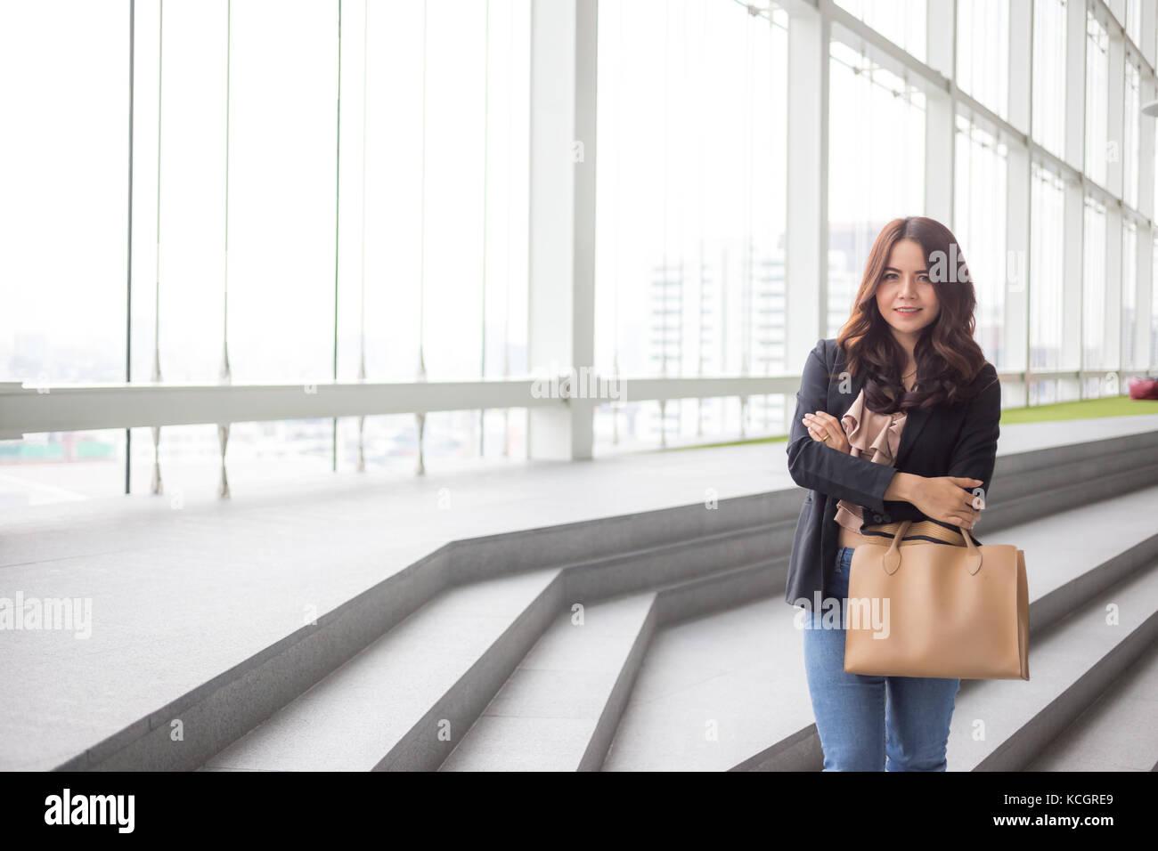 Hermosa mujer de negocios de Asia sobre azul de fondo de oficina. Imagen De Stock