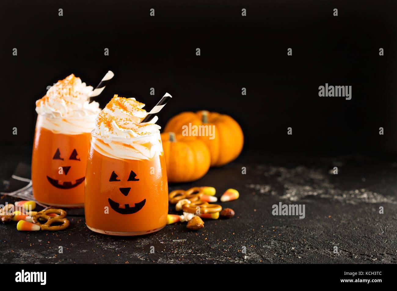 Halloween cóctel o bebida fría con Jack O'Lantern cara Imagen De Stock