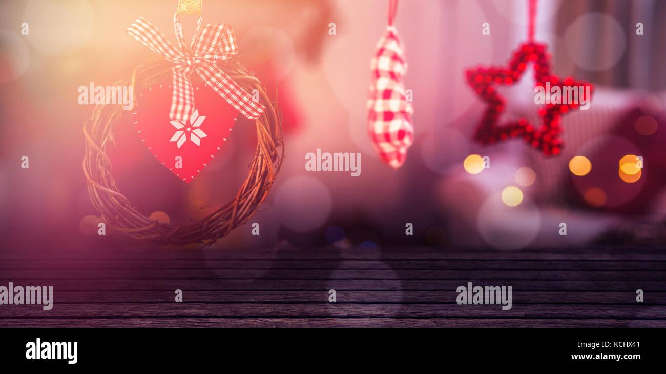 Close-up de paneles de madera estampadas contra la navidad galletas de jengibre y ornamentos Imagen De Stock