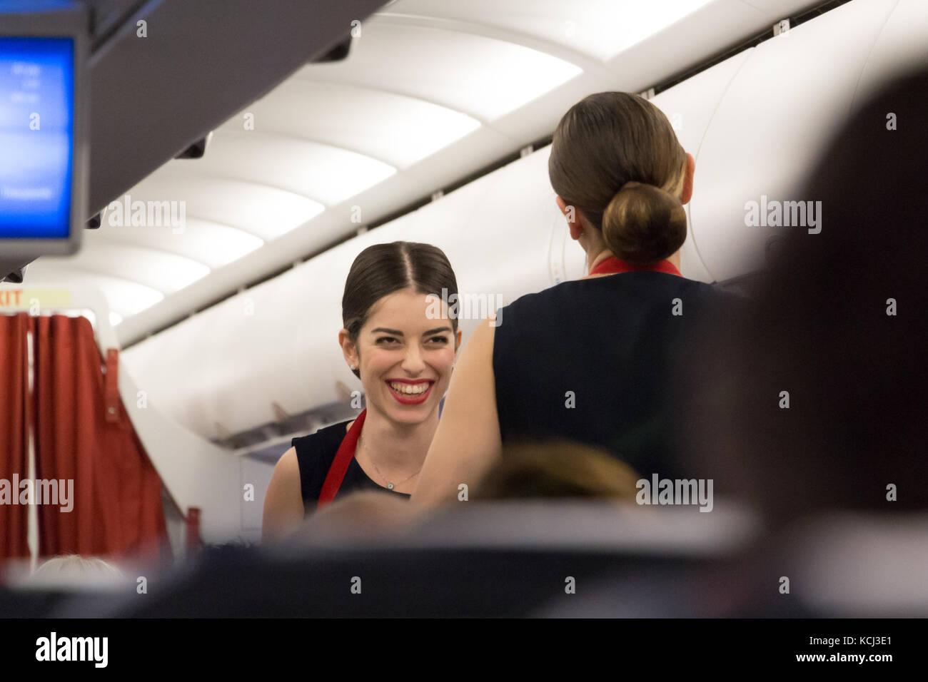 Munich, Alemania - 21 de septiembre, 2017: dos mujeres auxiliares de vuelo están sirviendo la comida en la clase turista , Aegean Airlines. Foto de stock