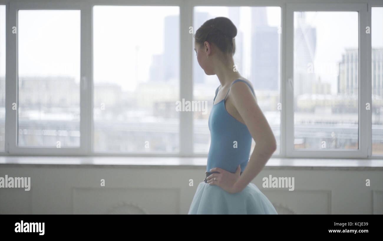 Bailarín de ballet profesional tienen un descanso. cansado bailarina restaura la respiración y el descanso. Imagen De Stock