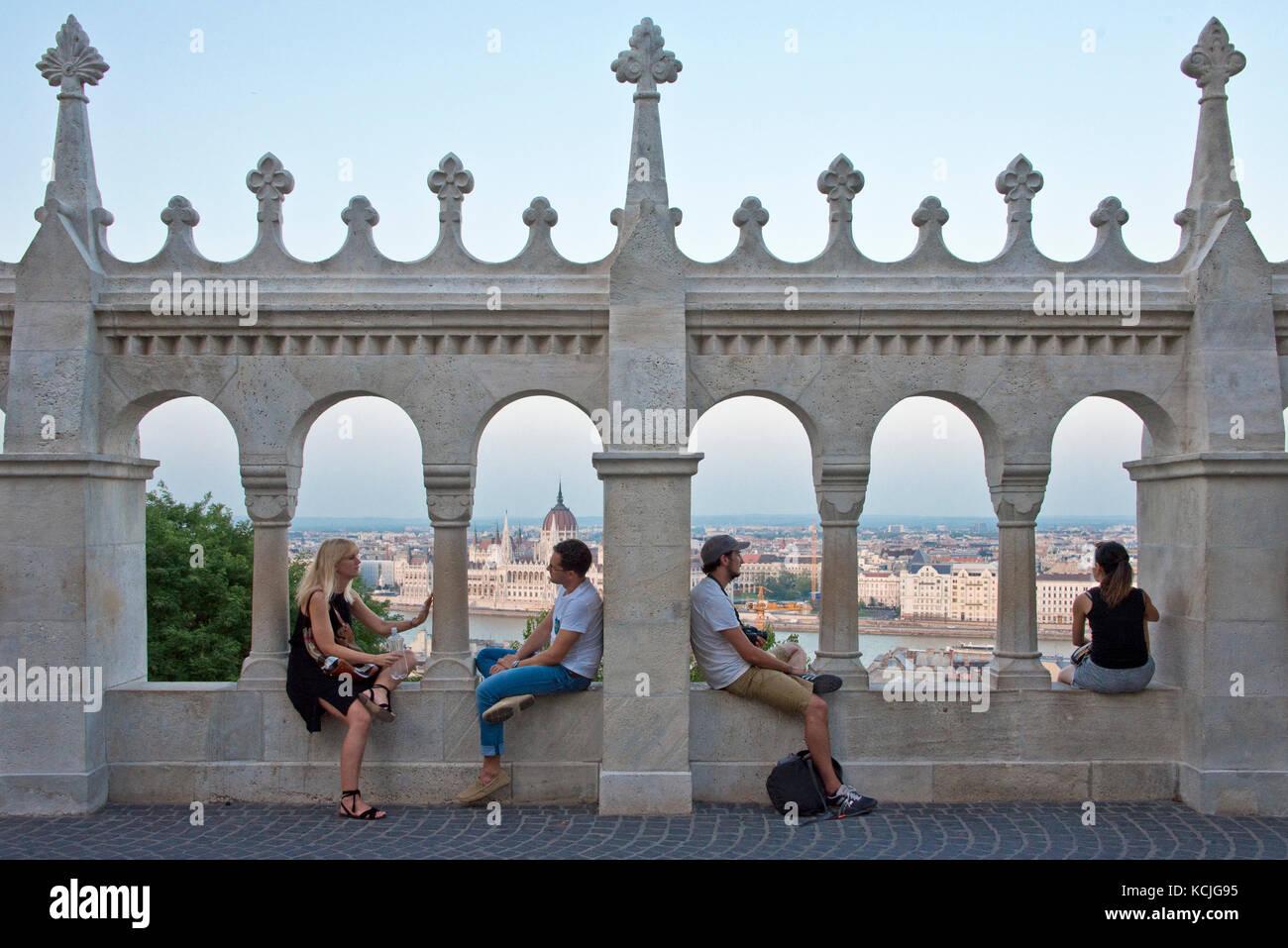 4 cuatro personas, dos parejas de turistas sobre las paredes del bastión de los pescadores, admirando las vistas Imagen De Stock