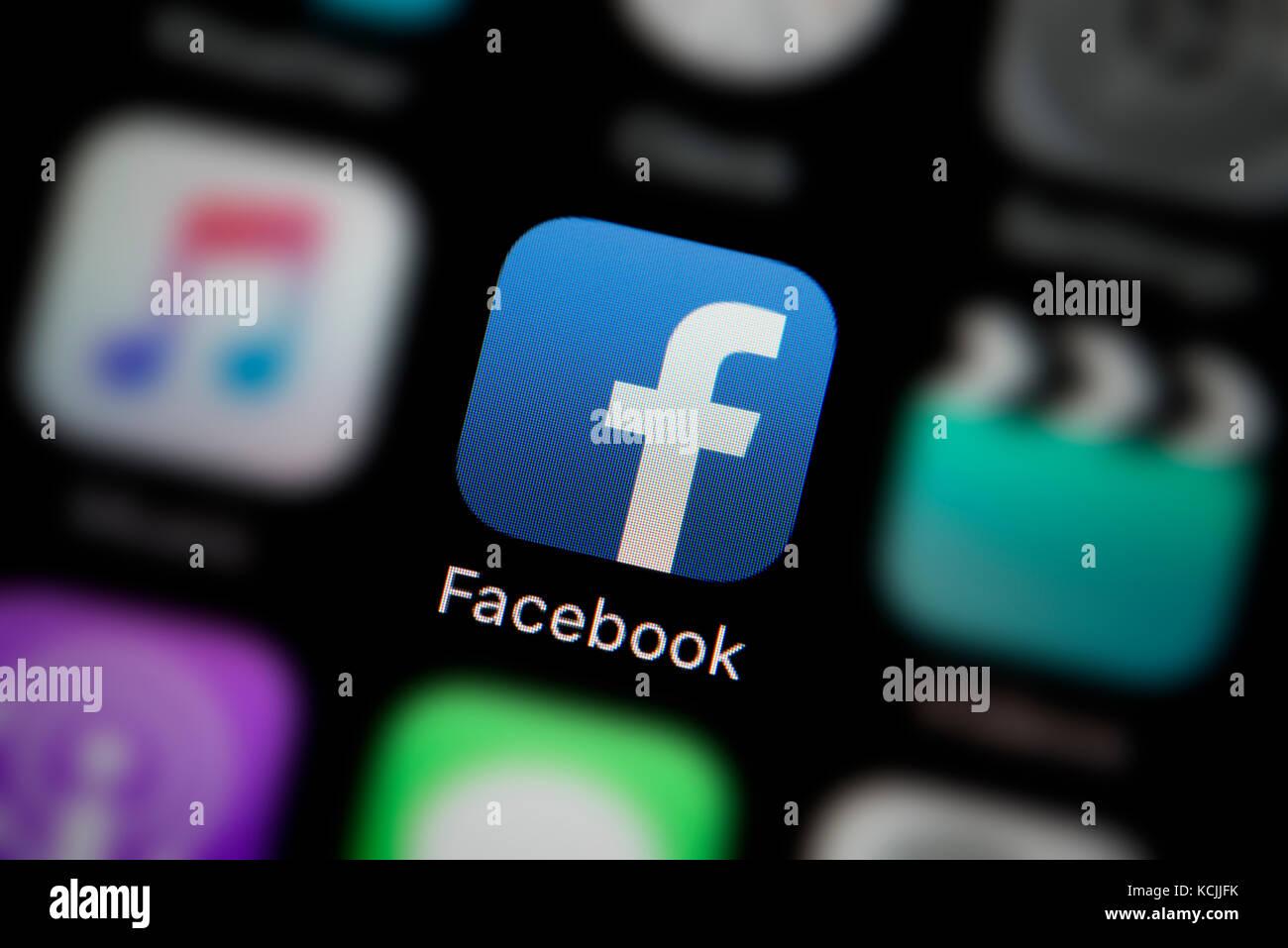 Un primer plano del logotipo de la empresa que representa el icono Facebook app, como se ve en la pantalla de un Imagen De Stock