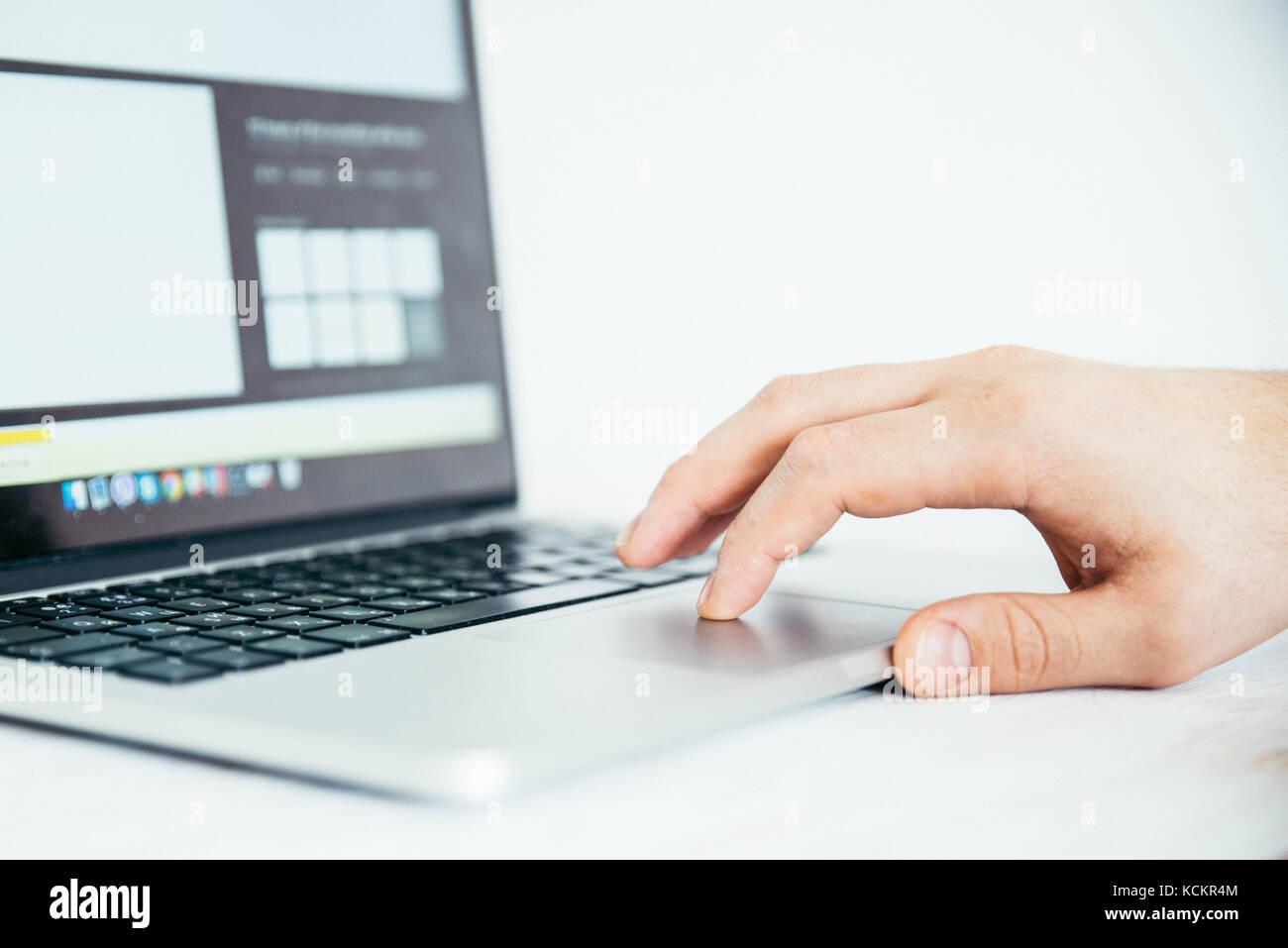 Mano con touchpad del portátil Imagen De Stock