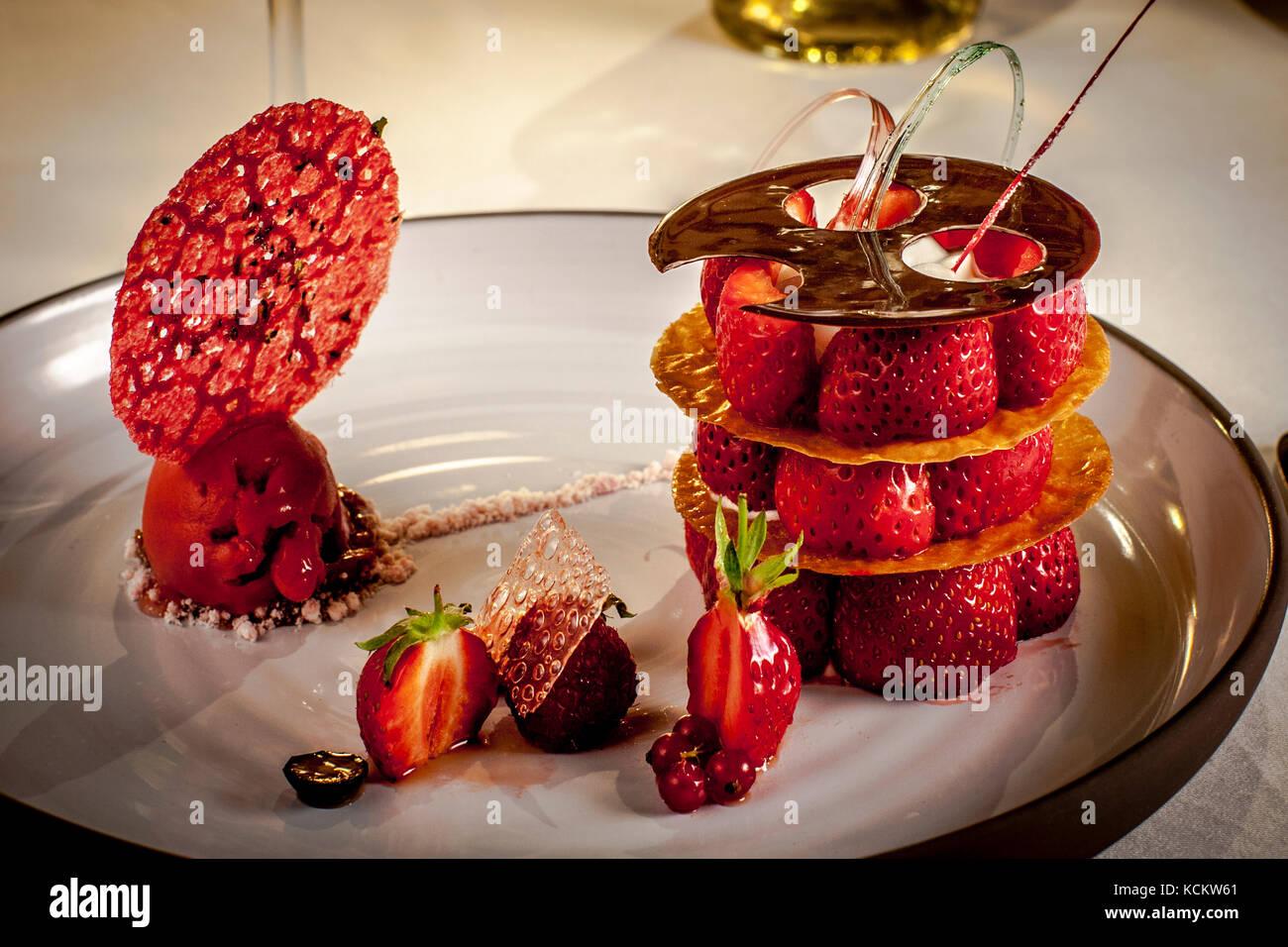 Postre elaborado con fresas Mara des Bois de Michelin Star Chef Loïc le Bail Foto de stock