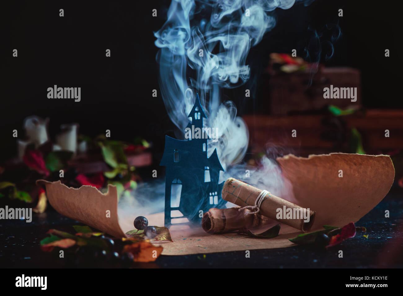 Haunted Castle en nubes de humo en una mágica. desplazamiento halloween conceptual bodegón con humo, wirards Imagen De Stock
