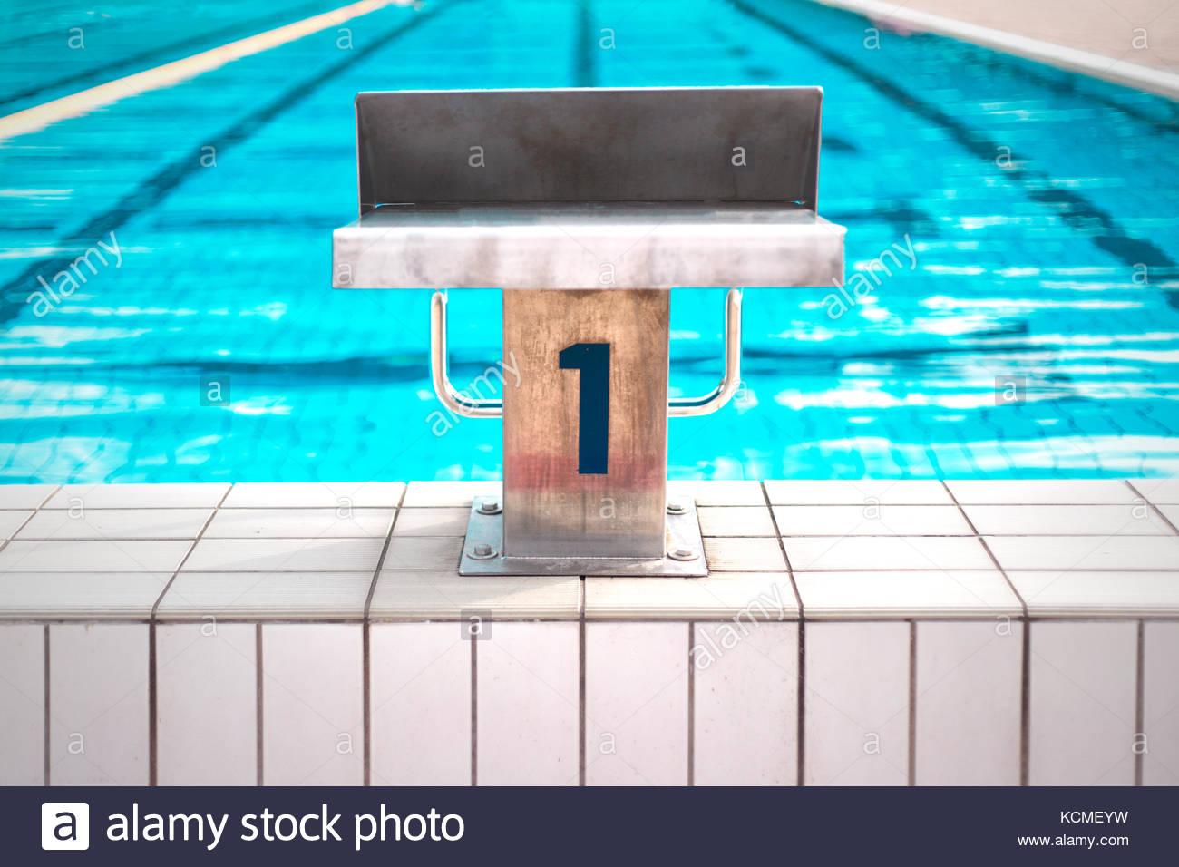 Posición de inicio de metal con azul número 1 en la piscina exterior. Imagen De Stock