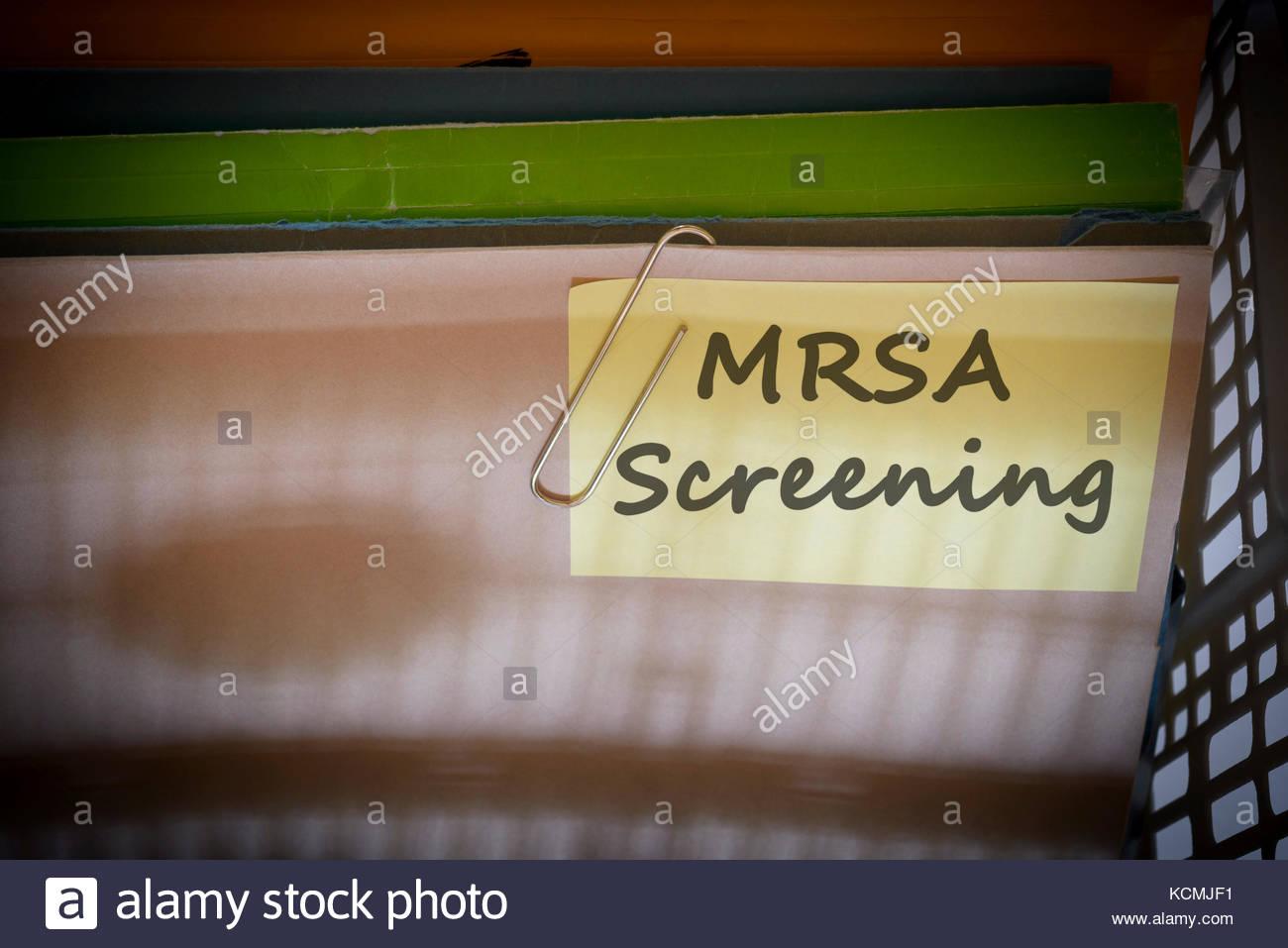 MRSA Screening escrito en carpeta de documentos, Dorset, Inglaterra. Foto de stock