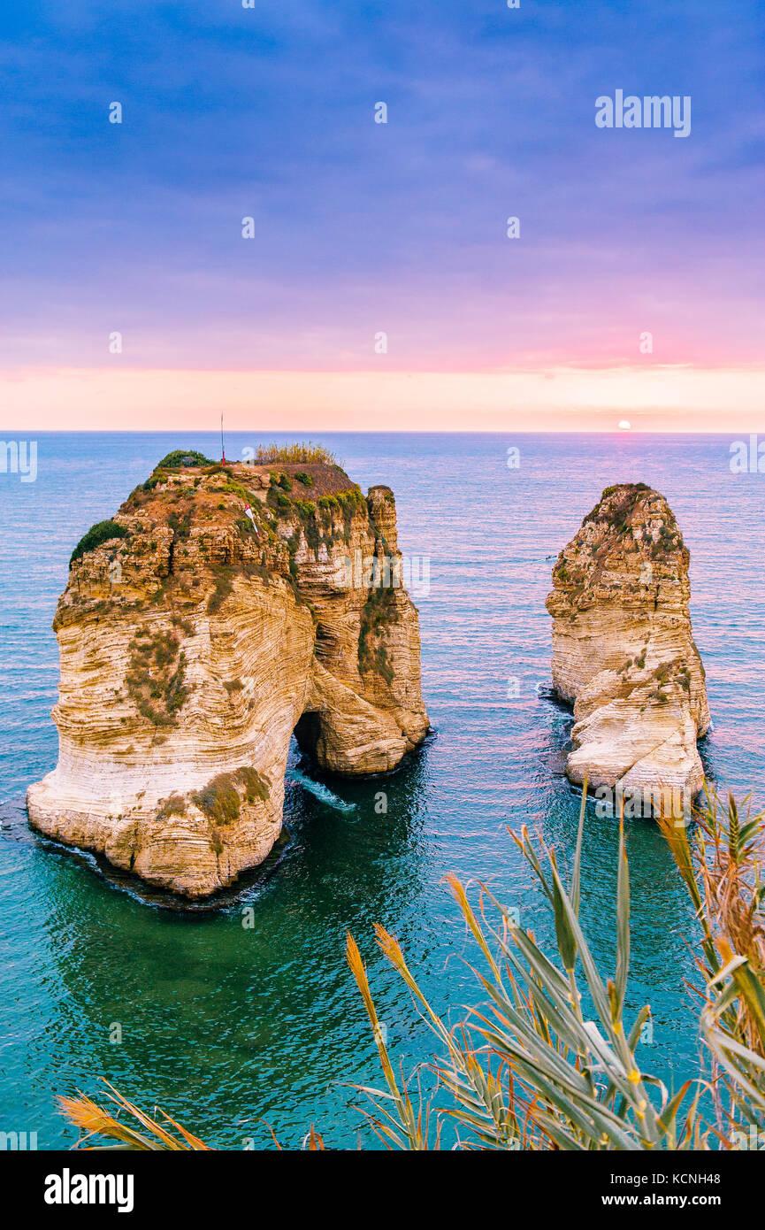 Hermoso atardecer en raouche, palomas' rock. en Beirut, Líbano.sun y piedras se reflejan en el agua.densas Imagen De Stock