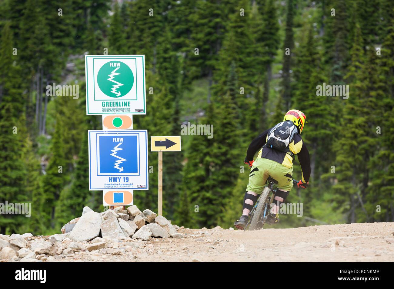 Los carteles indicando bike trail dirección y el nivel de dificultad en Mt. Washington, el Comox Valley, Vancouver Imagen De Stock