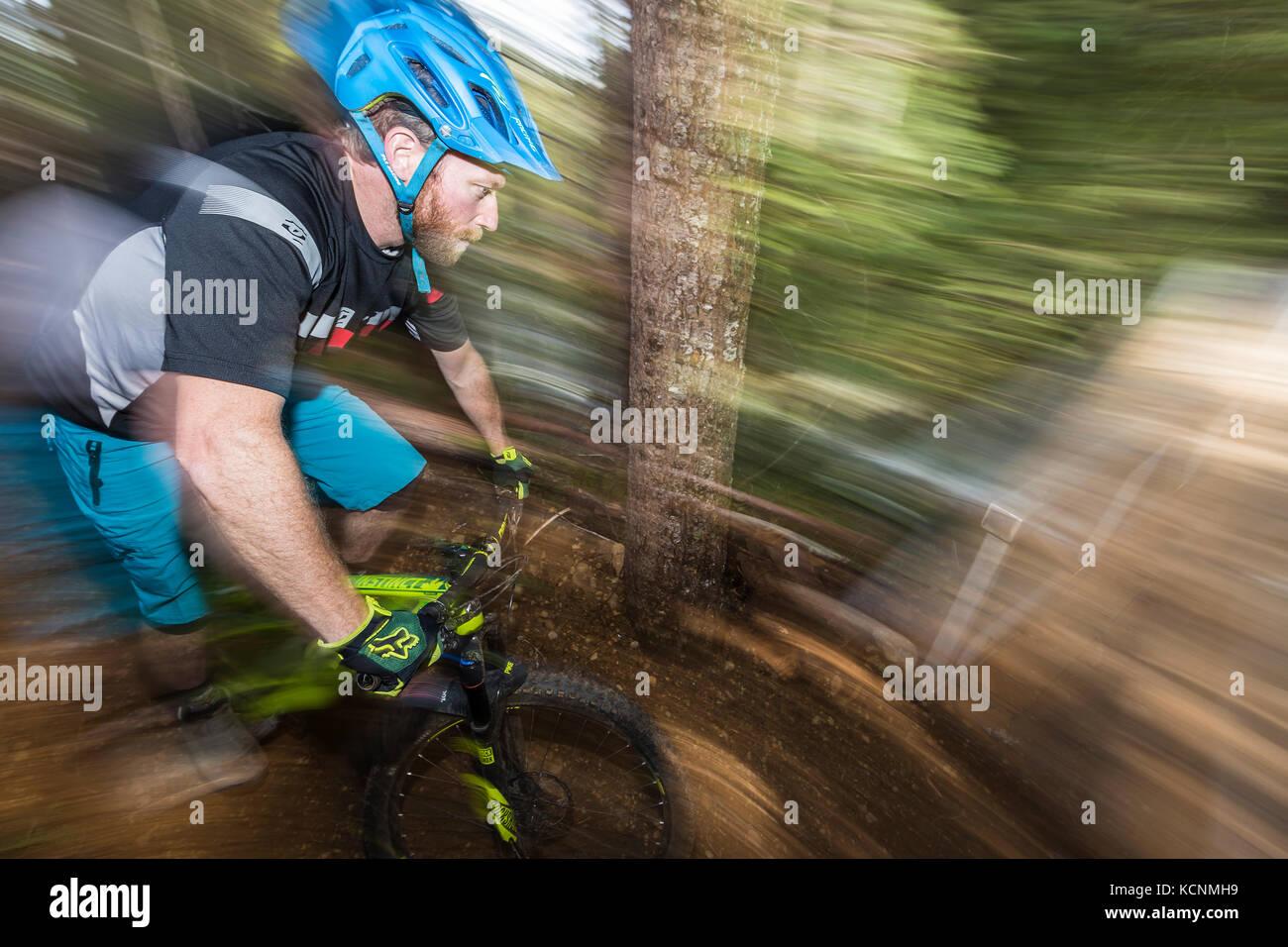 Un movimiento orientado ciclista de montaña se prepara para cruzar el puente recién construido sykes mientras Imagen De Stock