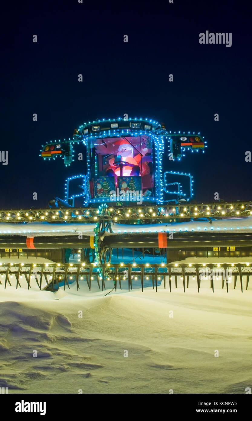 Hileradora con las luces de Navidad, Manitoba, Canadá Imagen De Stock
