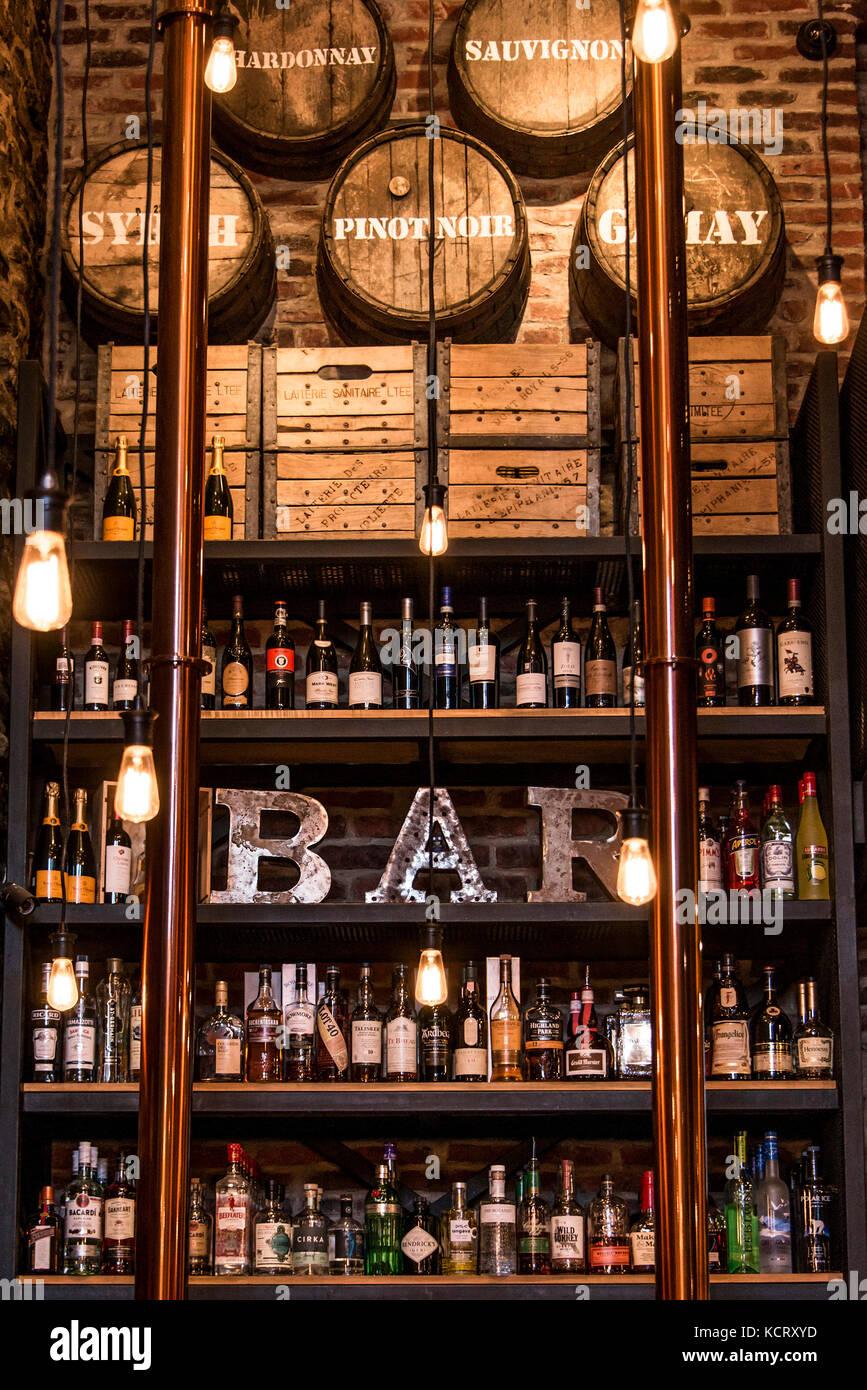 Quebec Canadá 13.09.2017 bitters y mostrador de bar con botellas de licor en tonos de pared de ladrillo de Imagen De Stock