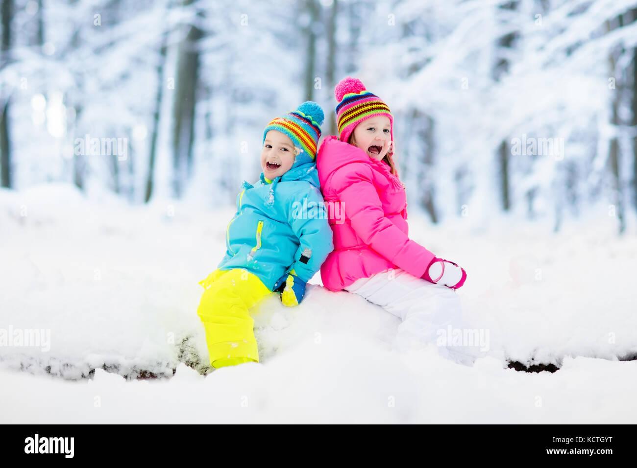Ninos Jugando En La Nieve Los Ninos Juegan Al Aire Libre En