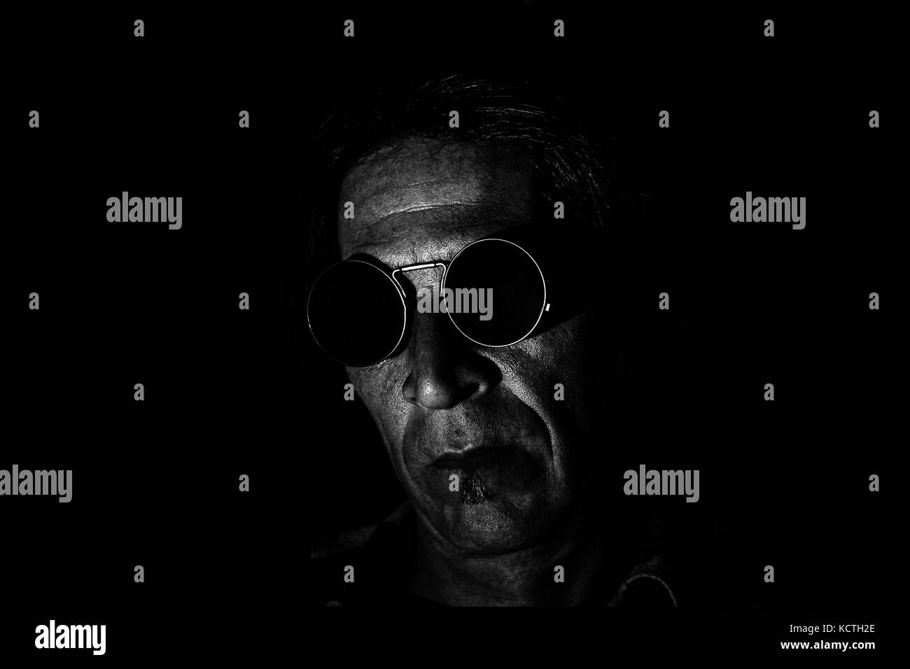 63409dc6af Una baja iluminación clave retrato de un hombre en depresión o pensamiento  profundo. gafas de sol compensó la parecen ser bastante profundo y ominoso.