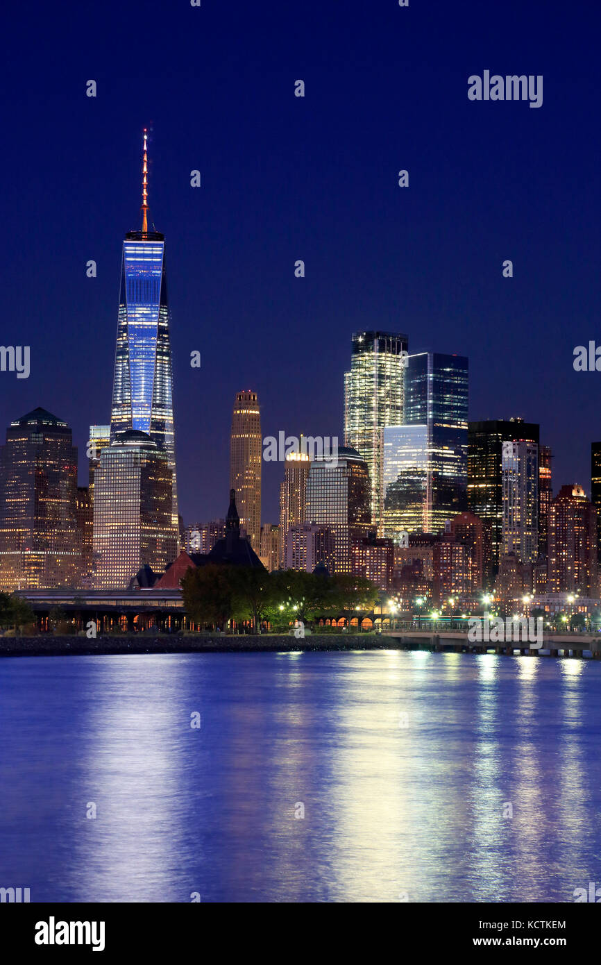 La vista nocturna de Manhattan skyline con una torre del World Trade Center en el distrito financiero de Manhattan Imagen De Stock