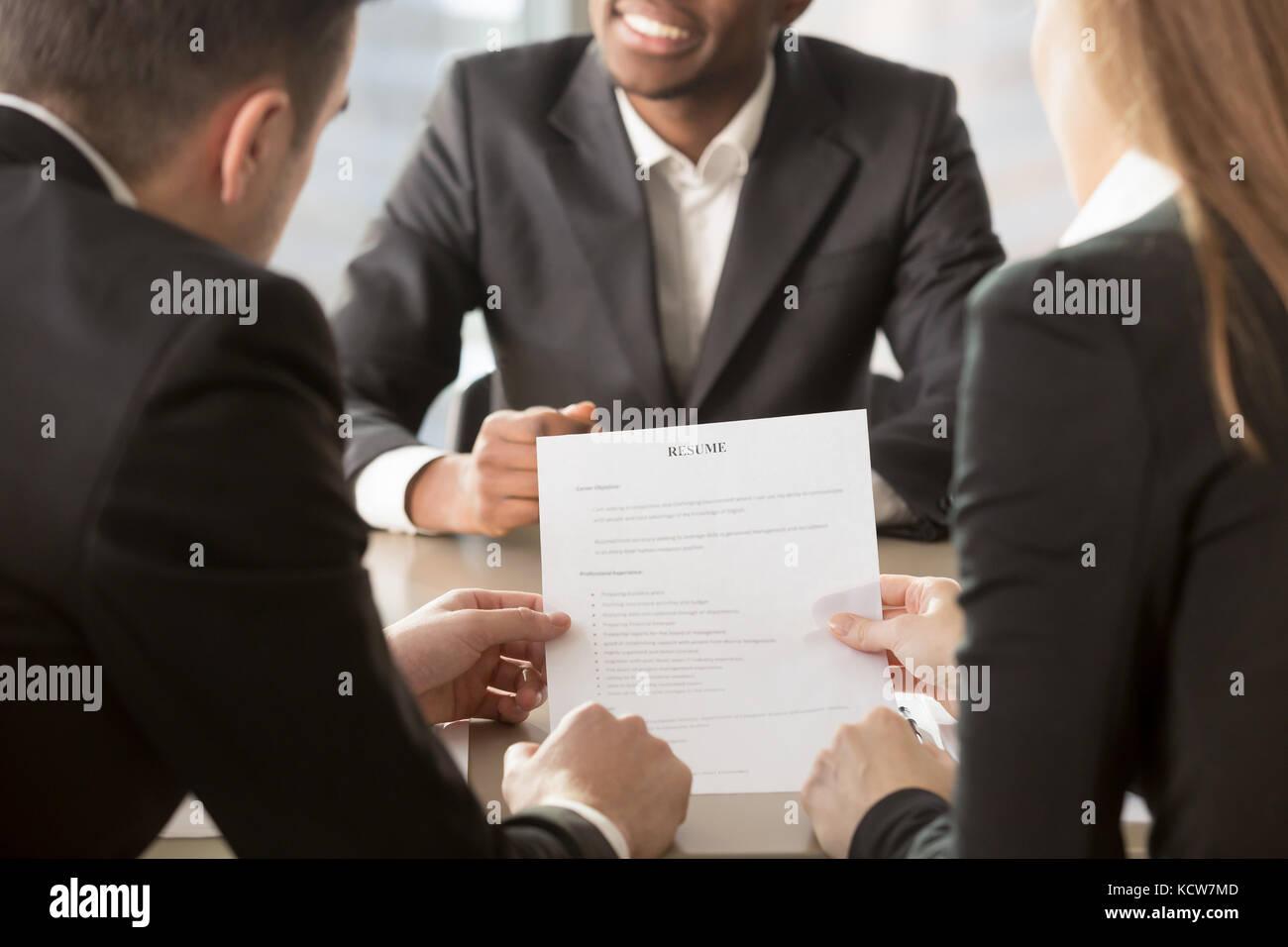 Gerentes de recursos humanos analizando reanudar, pidiendo afro ...