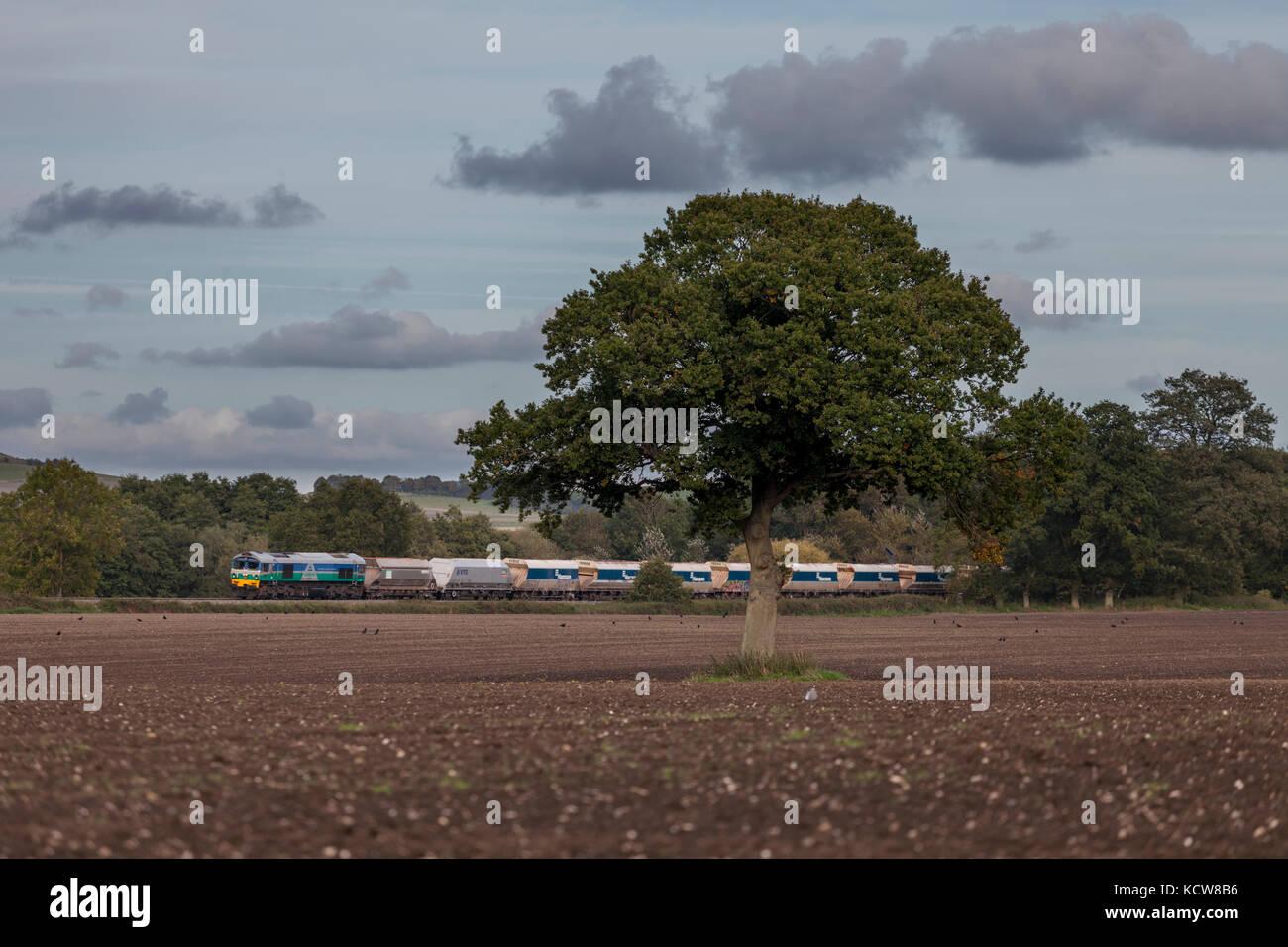 Una clase de Aggregate Industries 59 locomotora pasa Beechingstoke, Wiltshire con vagones de piedra vacío volviendo Imagen De Stock