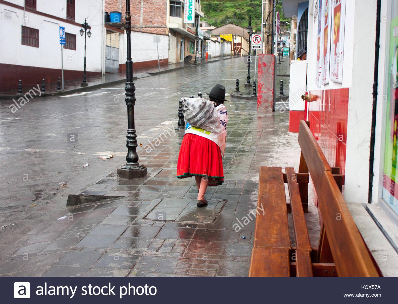 Pueblo ecuatoriano de estilos de vida. La posterior de una mujer con sombrero  tradicional y c0c6f3b7ed7