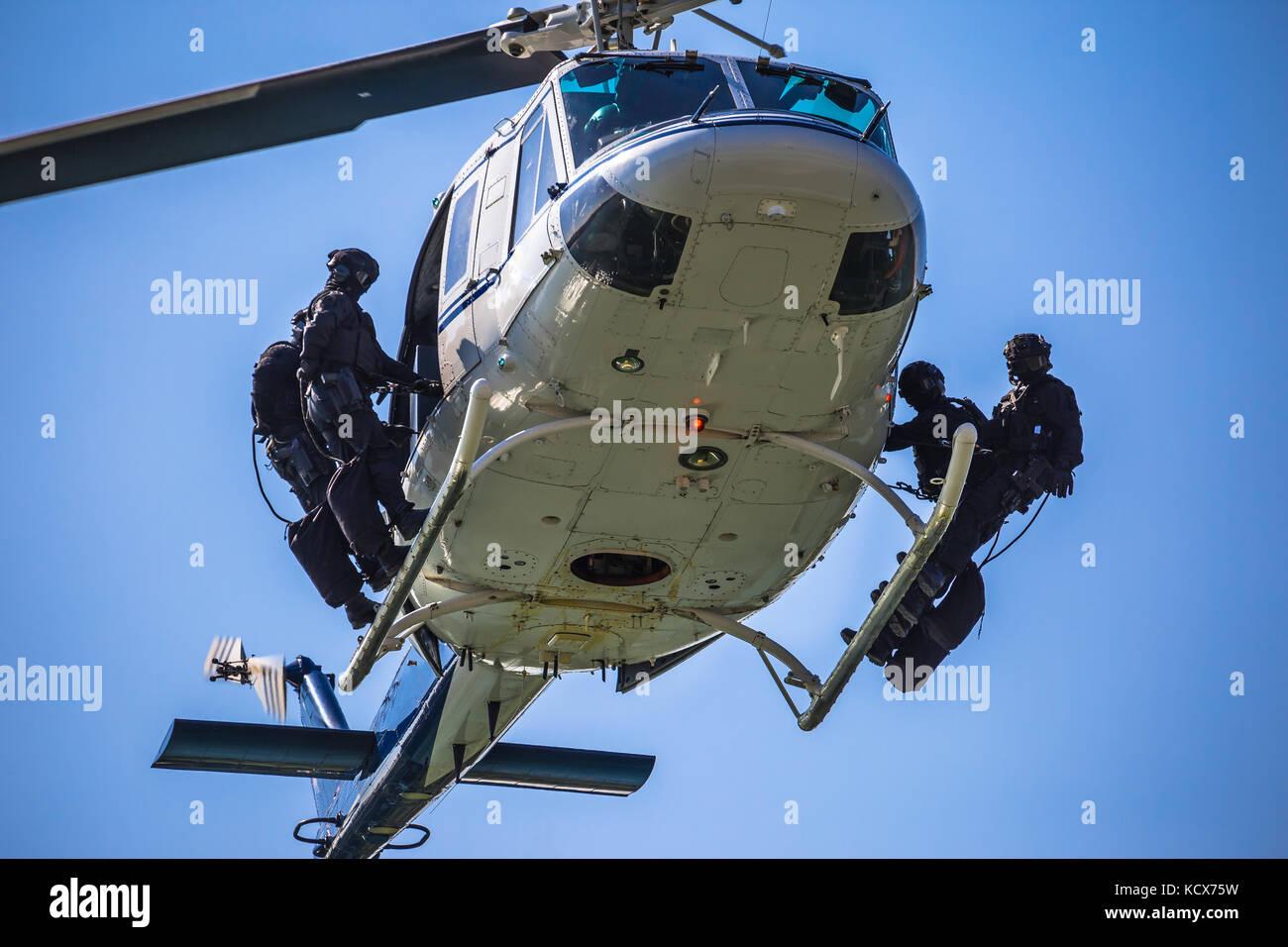 Equipo de fuerzas especiales helicóptero listo para saltar la cuerda, marcado y SWAT TEAM irreconocible Imagen De Stock