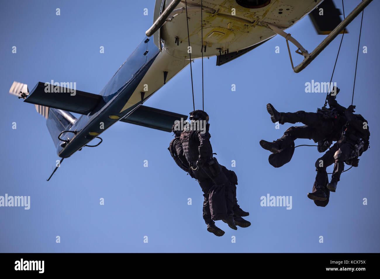 Equipo de fuerzas especiales helicóptero saltar la cuerda, marcado y SWAT TEAM irreconocible Imagen De Stock