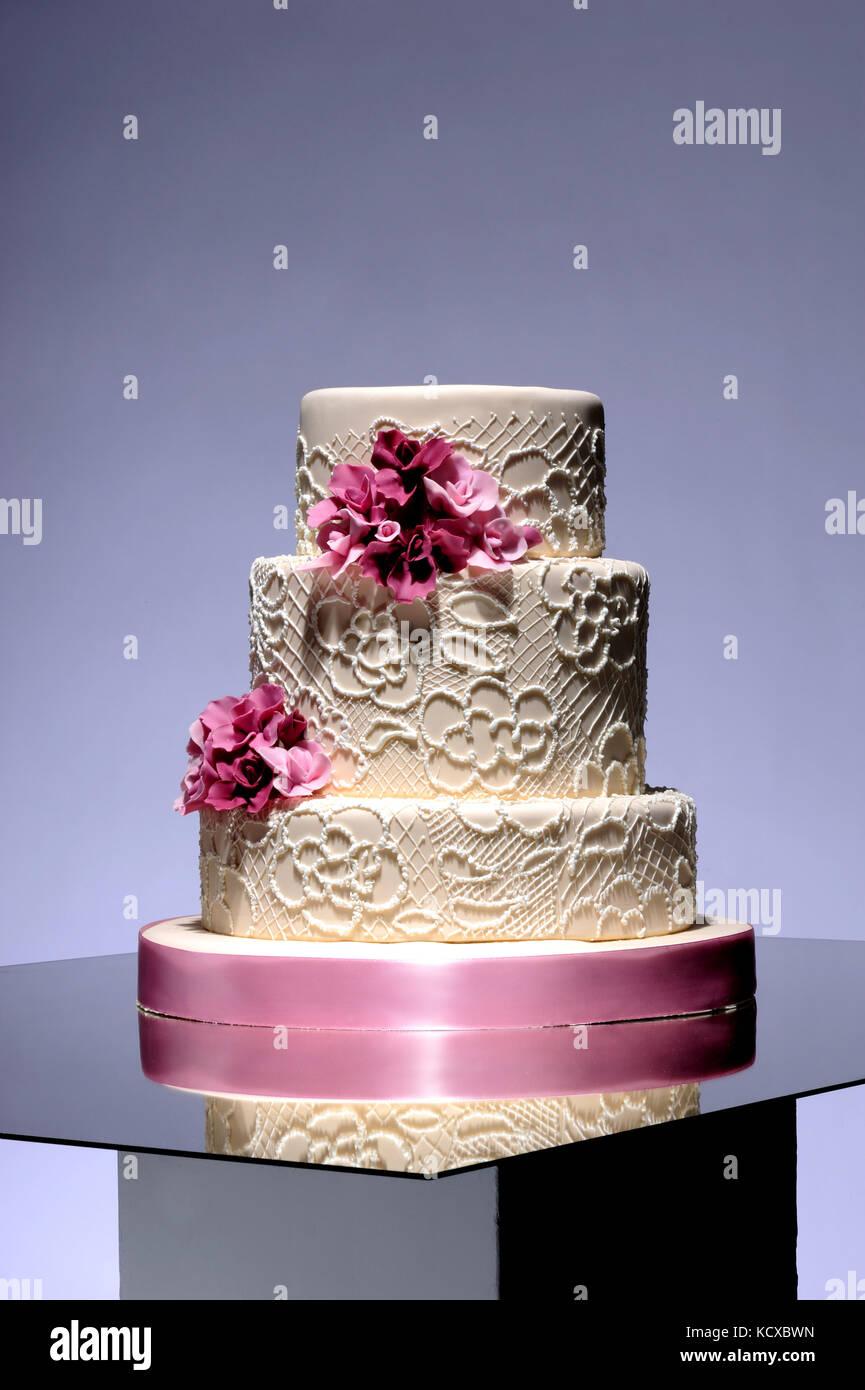 Pastel de bodas, dulces, celebración, ocasión, calorías, azúcar, dulzura, estilo de vida, negocios, confitería, Foto de stock