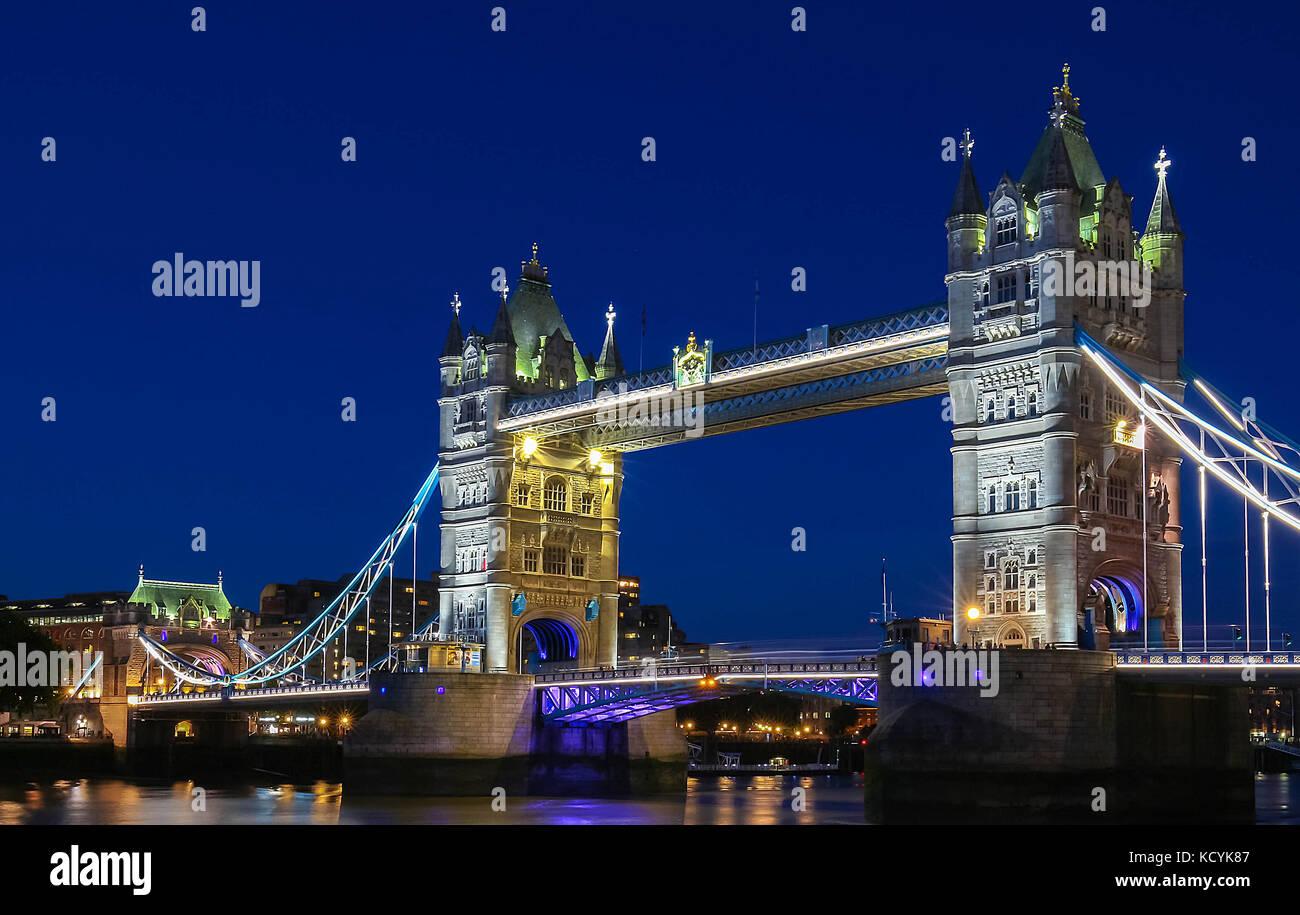 El Tower Bridge en Londres en la tarde, Inglaterra, Reino Unido. Foto de stock