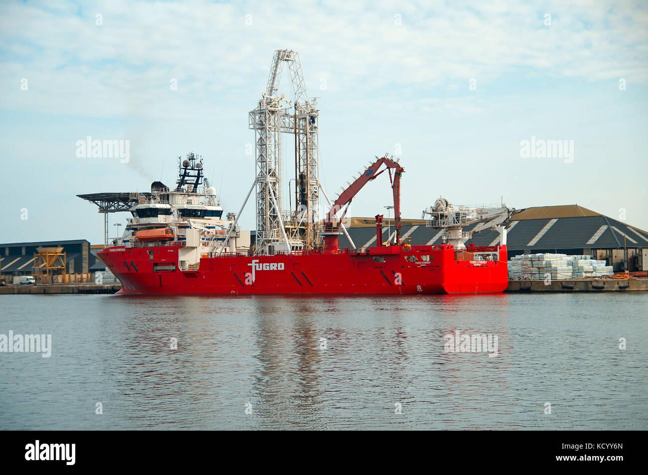La fugro sinergia , aquí en el puerto de St Malo, representa una nueva generaton buque sonda de alta tecnología Imagen De Stock