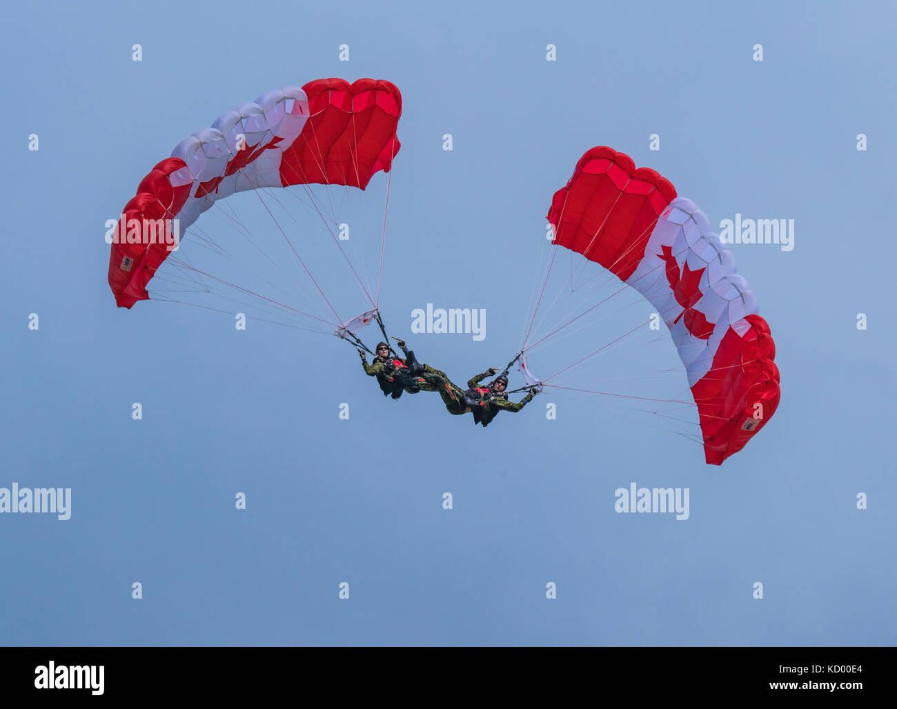 Parachuters piernas entrelazadas en el North Bay air show en la celebración del 150 aniversario de Canadá Foto de stock