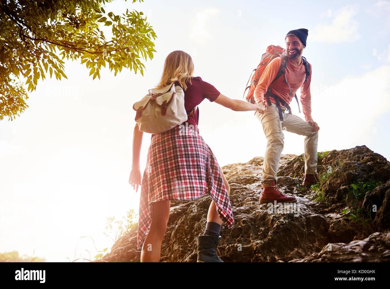 Excursión pareja sobre rocas, Cracovia, Malopolskie, Polonia, Europa Foto de stock