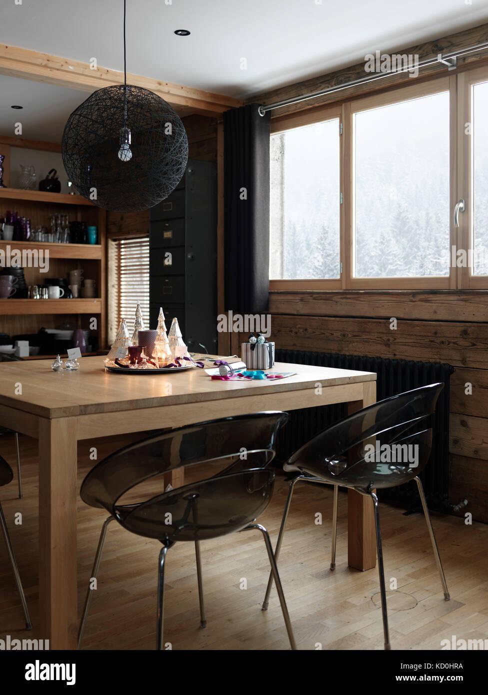 Interior con núcleo y festivo en la mesa de regalos Foto de stock