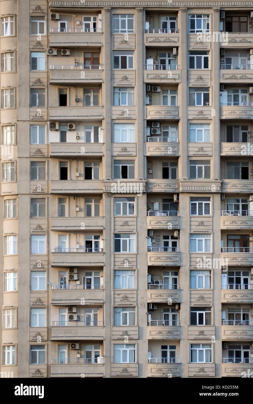 Patrón de las ventanas y los balcones del edificio alto en el centro de la ciudad de Baku Foto de stock