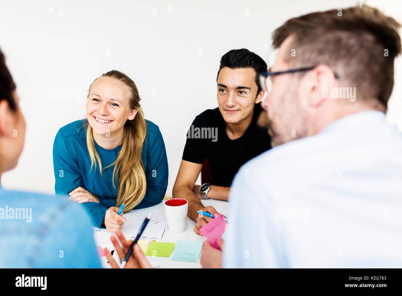 Compañeros hablando durante la reunión de negocios Imagen De Stock