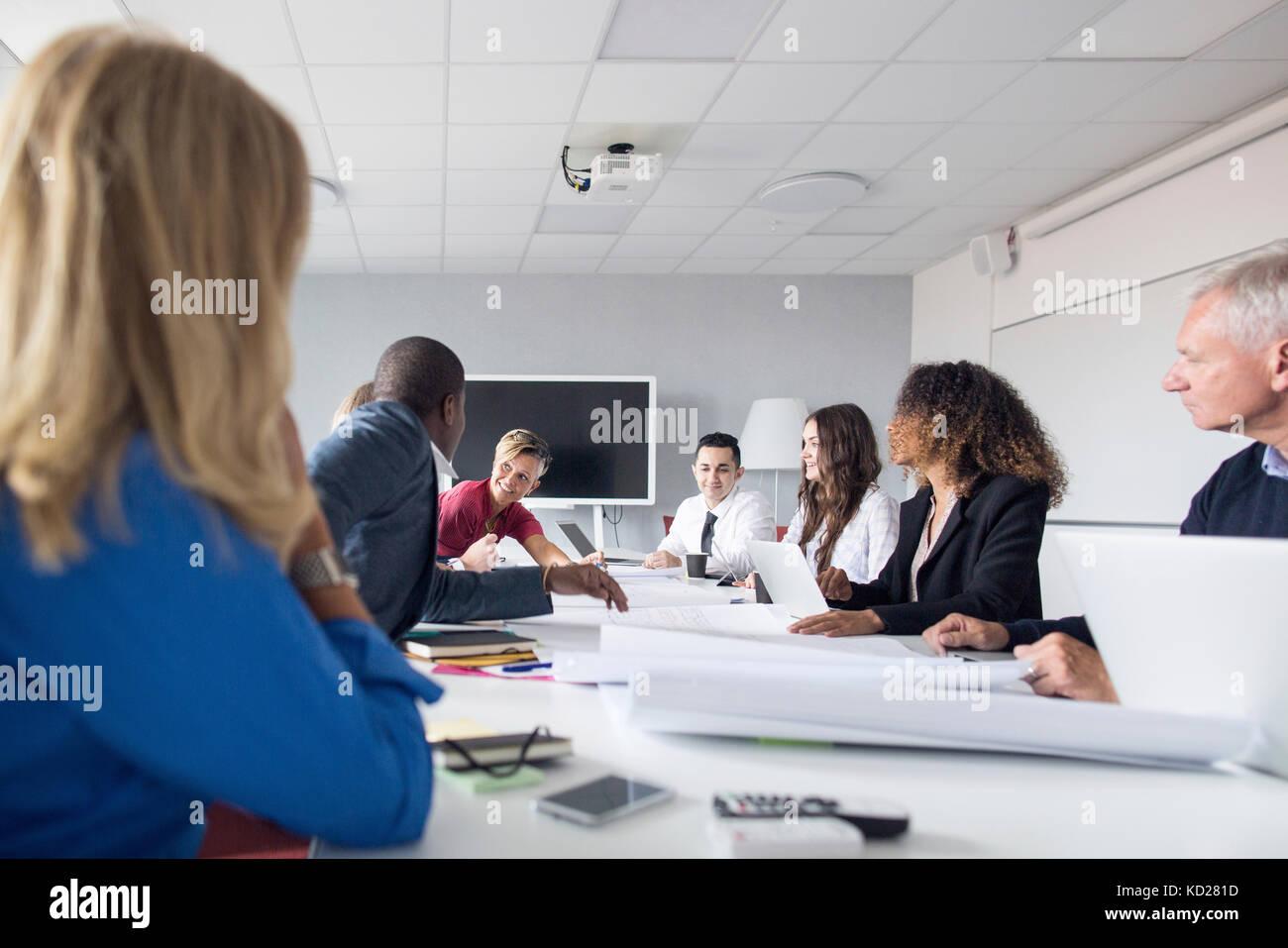El equipo de arquitectos y administradores de proyectos que trabajan en la oficina Imagen De Stock