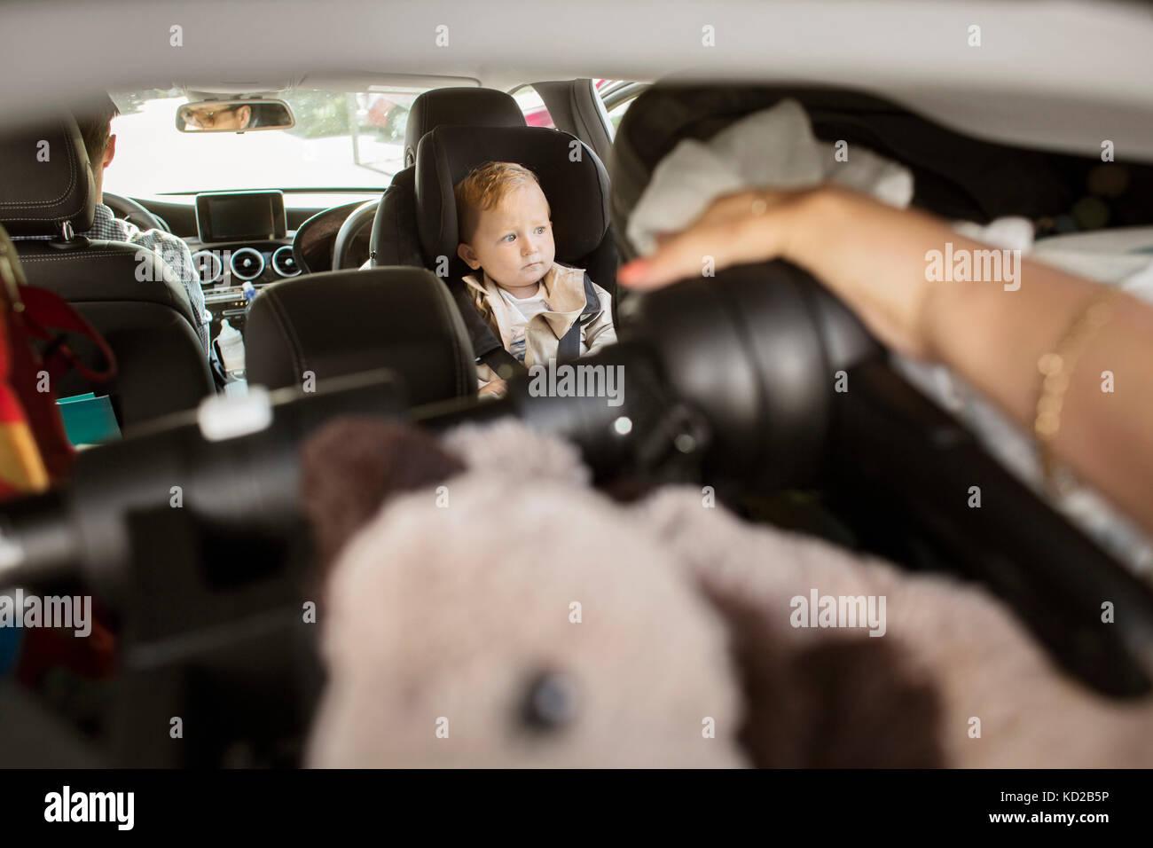 Bebé (18-23 meses) sentados en el coche Foto de stock