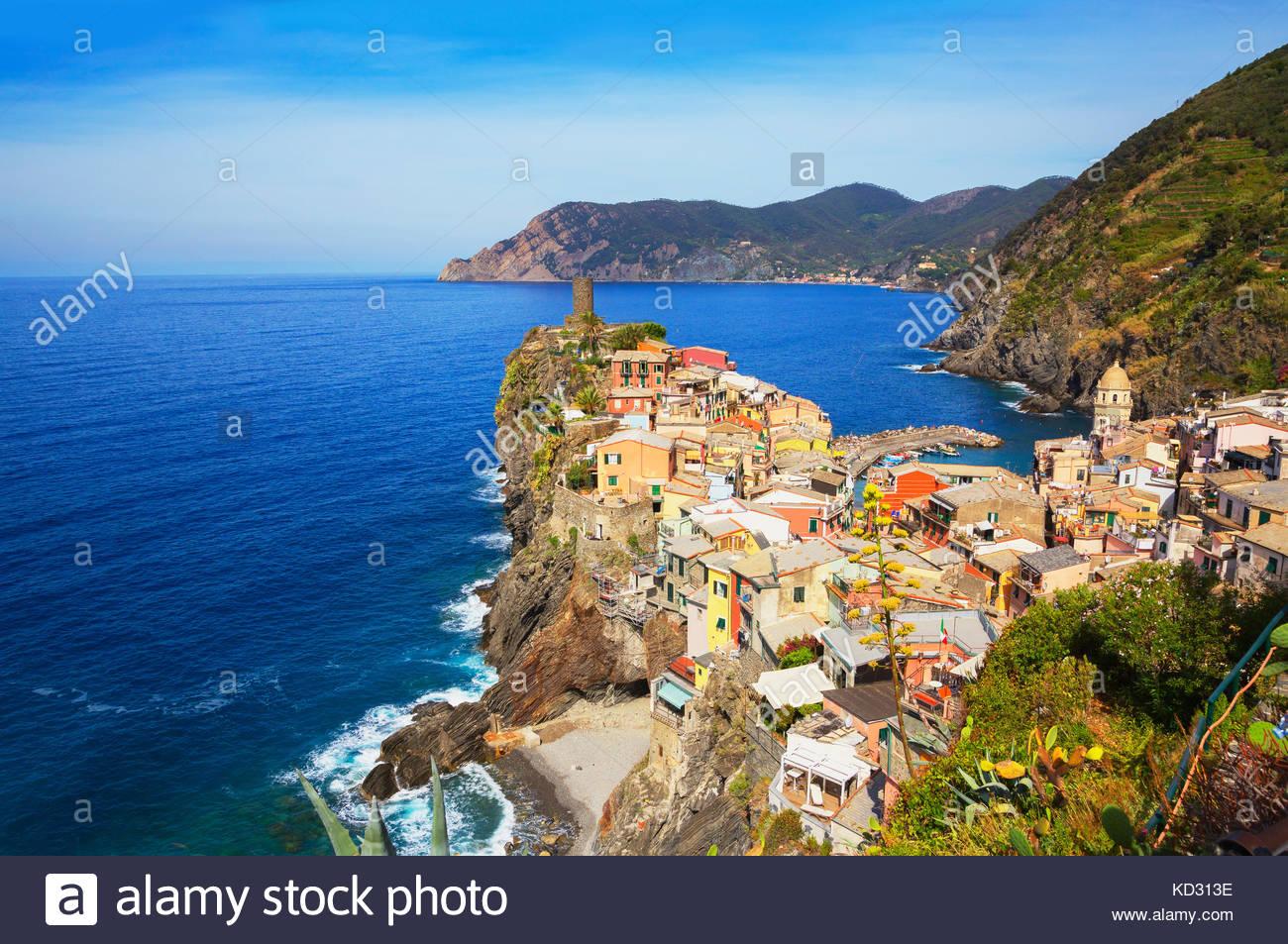 Cliff Side aldea pesquera, Vernazza, Liguria, Italia, Europa Foto de stock