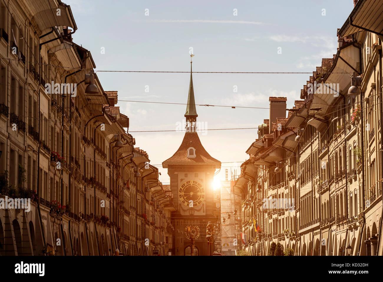 Perspectiva decreciente de los edificios en la calle, Berna, Suiza, Europa Foto de stock