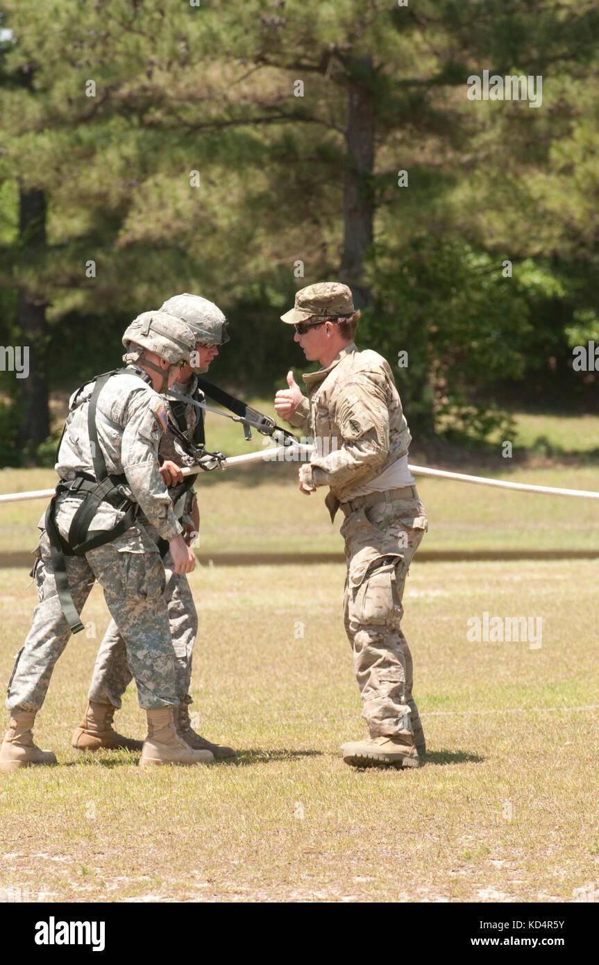 Un soldado del ejército de EE.UU. asignados a la empresa alfa, 2º Batallón, 7º grupo de Fuerzas Especiales (Airborne) verifica los soldados asignados al 4º Batallón del 118º regimiento de infantería de la Guardia Nacional del Ejército de Carolina del Sur, está listo para su despegue durante la salida de inserción especial (espías) sistema de capacitación en el centro de formación, eastover mccrady, s.c., 17 de mayo de 2014. El 7º sfg (a) y el 160º Regimiento de Aviación de Operaciones Especiales (Airborne) apoyó una misión conjunta formación aproximadamente 100 4-118th en bn taladro scarng soldados durante su fin de semana. La Guardia Nacional del Ejército de EE.UU. (Foto por el sargento. Kimberly de primera clase. Foto de stock