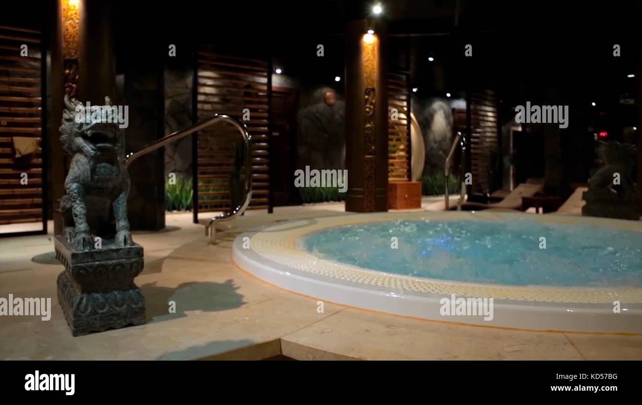 Jacuzzi Sauna Piscina.Piscina De Relajacion En El Spa Con Cascada Vacio Spa De
