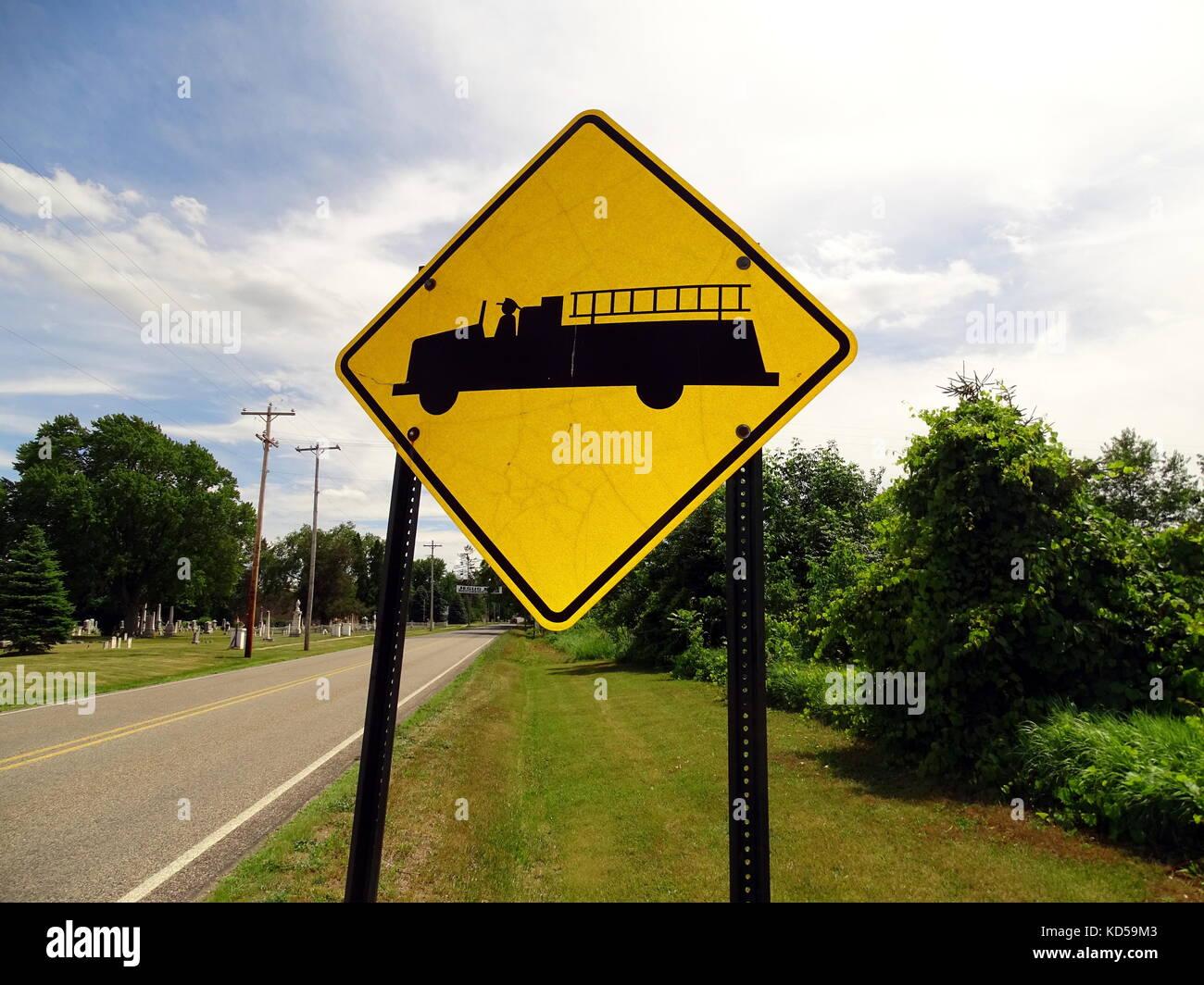 Un signo de advertencia de mirar hacia fuera para camiones de bomberos en la zona Imagen De Stock
