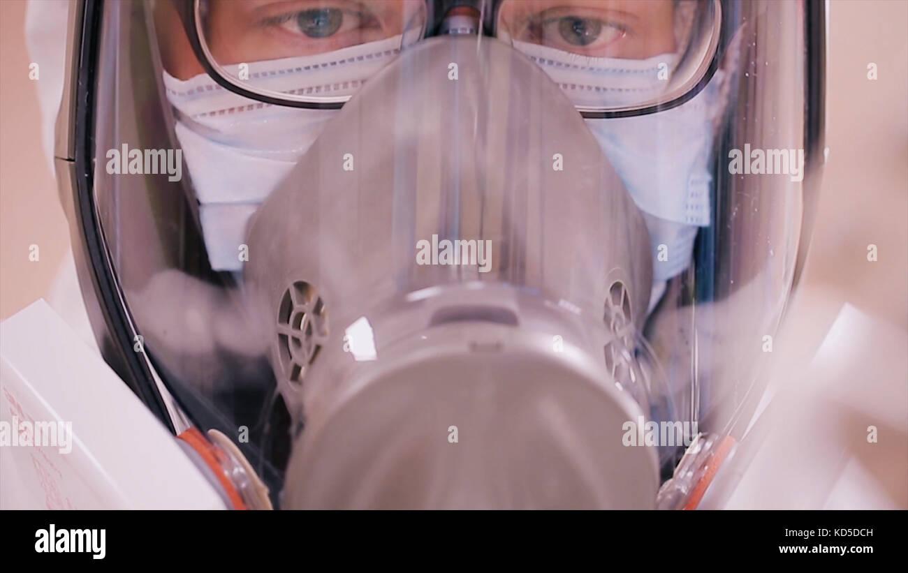 Scientist en ropa de protección con respirador. control de infecciones concepto. científico en traje de protección Foto de stock