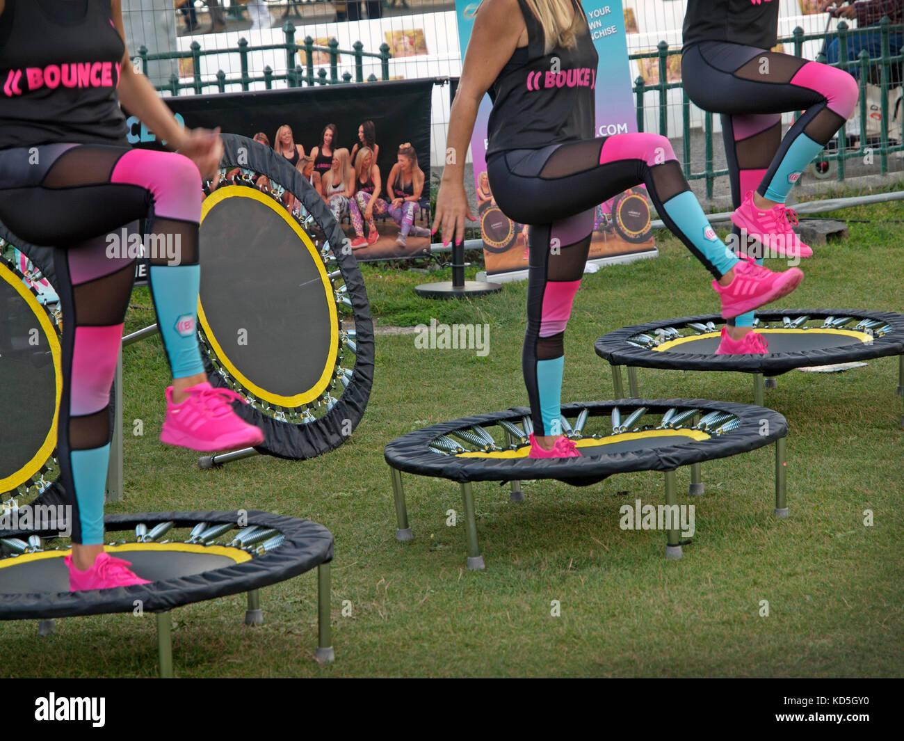 Una demostración de una rutina de ejercicios para hacer en trampolines Imagen De Stock